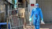 Nhân viên y tế phường Tân Quy, quận 7 phát thuốc cho bệnh nhân F0 điều trị tại nhà Ảnh: HOÀNG HÙNG