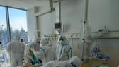 Nhân viên y tế đang chăm sóc cho bệnh nhân mắc Covid-19 tại Bệnh viện Hồi sức Covid-19
