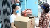 Chủ tịch Ủy ban MTTQ Việt Nam TPHCM Tô Thị Bích Châu tặng quà công nhân, lao động tự do ở quận 12