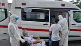 Nhân viên y tế hỗ trợ bệnh nhân xuất viện