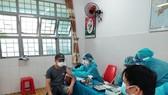 Nhân viên y tế tiêm vaccine Vero Cell cho người dân