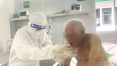Điều dưỡng của Trung tâm hồi sức người bệnh Covid 19 Việt Đức chăm sóc cụ T..  