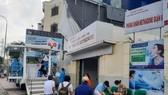 Người dân chờ tiêm vaccine tại các điểm tiêm lưu động