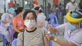 Tiêm vaccine Covid-19 cho người dân tại quận Bình Thạnh, TPHCM. Ảnh: CAO THĂNG