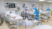 Nhân viên y tế đang chăm sóc và điều trị cho bệnh nhân mắc Covid-19