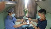 Trưởng tàu Đinh Quang Sơn trao trả tài sản cho người bỏ quên