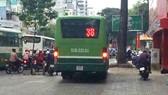 Xe buýt chạy trên vỉa hè