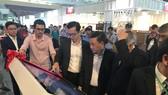 Ông Phạm Thành Kiên, Giám đốc Sở Công Thương TPHCM cùng với Hawa tham quan gian hàng