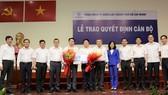 Ông Luân Quốc Hưng (người cầm hoa, bên phải) và ông Nguyễn Văn Hùng tại Lễ trao quyết định bổ nhiệm cán bộ