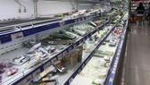 Hàng hóa trên kệ đã gần hết tại một siêu thị ở TPHCM chiều 30-5. Ảnh: QUANG KHOA
