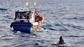 Cứu khẩn cấp một phụ nữ trôi dạt trên biển