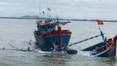 Cứu kịp thời 8 người đi trên tàu cá bị chìm giữa biển