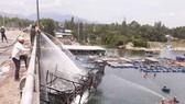 Quảng Ngãi: Tàu cá đang chờ xuất bến bất ngờ bốc cháy ngay tại cảng cá