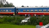Băng qua đường ray, ô tô bị tàu hỏa tông, 1 người bị thương nặng