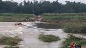 Quảng Ngãi:  Nước chảy xiết, đò ngang lật giữa dòng, 5 người thoát nạn