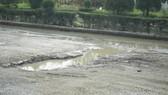 """Đoạn đường có nhiều """"ổ voi"""" có bề ngang đến 1m, lún sâu đến 20-30cm"""