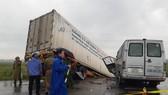 Quảng Ngãi: Tai nạn container và xe khách, 2 người chết, 11 người bị thương