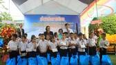 Các nhà hảo tâm tặng quà cho học sinh Trung tâm nuôi dạy trẻ khuyết tật Võ Hồng Sơn