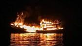 Quảng Ngãi: Một tàu cá bốc cháy trong đêm, thiệt hại hơn 2 tỷ đồng