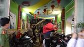 Lực lượng chức năng tiến hành khám xét, kiểm tra tại quán karaoke Hoàng Vũ