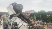 Quảng Ngãi: Tránh ổ gà, xe container lật nghiêng rơi xuống đường