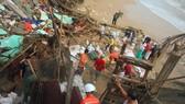 Triều cường, sóng lớn đánh sập nhà dân ở Quảng Ngãi