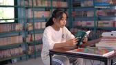 Các em học sinh trong vùng đọc sách tại thư viện xóm Đảo của anh Nguyễn Văn Pháp