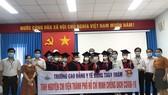 Quảng Ngãi: Vừa tốt nghiệp, 8 sinh viên lên đường vào TPHCM chống dịch