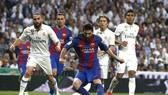 Lionel Messi tung cú sút trước hàng phòng ngự Real Madrid. Ảnh: EPA