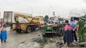 Chiếc xe máy bị xe container cán dập nát.