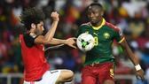 Tiền đạo Jacques Zoua (phải, Cameroon)  trong trận chung kết CAN 2017 với Ai Cập.