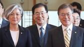Bà Kang Kyung-wha chính thức được Tổng thống Moon Jae-in  bổ nhiệm làm Ngoại trưởng  Hàn Quốc, ngày 18-6-2017. Ảnh: Yonhap