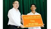 Đồng chí Nguyễn Thiện Nhân đã trao tặng căn nhà tình nghĩa cho gia đình chính sách