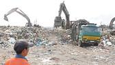 Chôn lấp rác tại bãi rác Phước Hiệp huyện Củ Chi. Nguồn: T.L