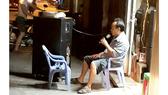 """Một người dân quận 9, TPHCM kéo thùng loa di động ra hát """"phục vụ miễn phí"""" bà con"""