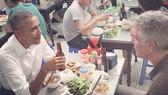 Tổng thống Mỹ Obama ăn bún chả cùng Bourdain tại Hà Nội, Việt Nam năm 2016. Ảnh: Instagram Anthony Bourdain