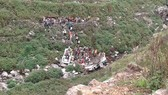 Hiện trường vụ tai nạn xe buýt rơi xuống vực núi ở Uttarakhand, Ấn Độ. Ảnh: Indianexpress