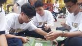 Học sinh Trường THPT Trưng Vương (quận 1) tham gia thi gói bánh chưng dành tặng trẻ em nghèo