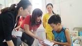 Báo SGGP tặng quà tết bệnh nhi nghèo