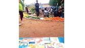 Mang sách về chợ quê