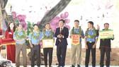 Ông Ngô Văn Đông trao giải cho đội Gia Lai