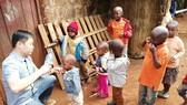 Tận tâm giúp trẻ em nghèo ở Kenya