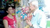Bác Đinh Văn Huệ thăm hỏi đời sống người dân trong khu phố 7,  phường 15 quận 10