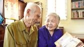 Ông Trần Nhật Minh và vợ xem lại những bài báo viết về Bác Hồ được ông bà lưu giữ cẩn thận