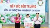 Ông Ngô Thanh Trí - Phó Giám đốc công ty trao suất học bổng cho emNguyễn Thị Huỳnh Hương