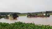 Cát lậu - Những chiếc tàu với vòi bạch tuộc đang chĩa xuống thượng nguồn sông Sài Gòn