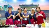Du khách học cách chế biến món ăn Hàn Quốc. Ảnh: KTO