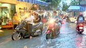 Nhiều tuyến đường ở TPHCM thường xuyên ngập nước do mưa và triều cường