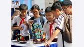 Học sinh tham quan các gian hàng triển lãm khoa học - công nghệ. Ảnh: HOÀNG HÙNG