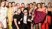 """NTK Nguyễn Công Trí chụp hình kỷ niệm với người mẫu sau show diễn """"Cuộc dạo chơi giữa những vì sao"""", tại New York Fashion Week 2019, tháng 2-2019."""